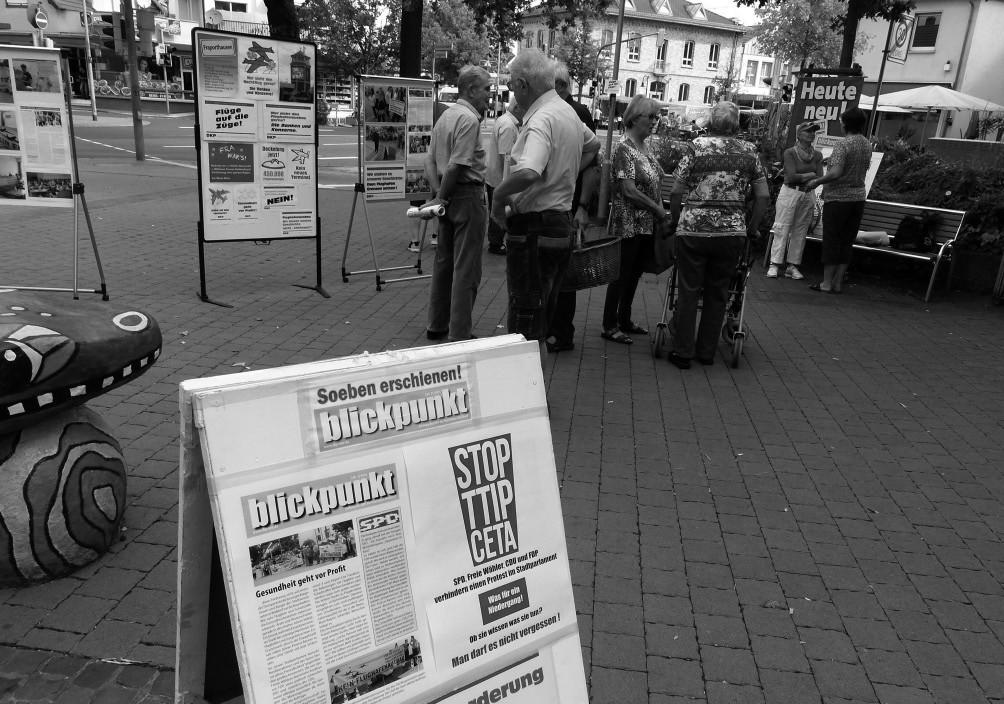 Die Stadtratsfraktion der DKP/Linke Liste in Mörfelden-Walldorf führt sowohl im Parlament als auch außerparlamentarisch Aufklärungsarbeit und Widerstand gegen TTIP und CETA fort, wie hier mit einem Infostand auf dem Rathausplatz.