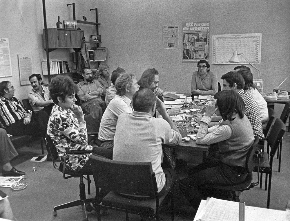 Redaktionssitzung der UZ Mitte der 1970er Jahre, am Kopfende des Tisches: Georg Polikeit