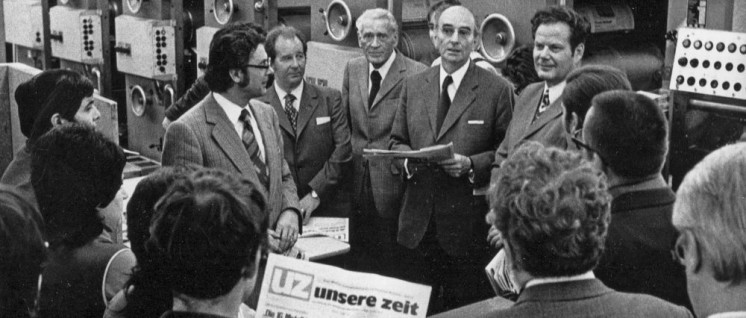 1973: Die UZ erscheint zum ersten Mal als Tageszeitung. Das feiern Georg Polikeit, Hermann Gautier, Max Reimann, Kurt Bachmann und Herbert Mies (v. l. n. r.) mit den Kolleginnen und Kollegen der Druckerei Plambeck in Neuss. (Foto: UZ-Archiv)