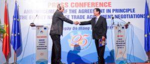 Feierlicher Handshake bei der Pressekonferenz nach der Unterzeichnung des Freihandelsabkommens. (Foto: Eurochamvn.org)