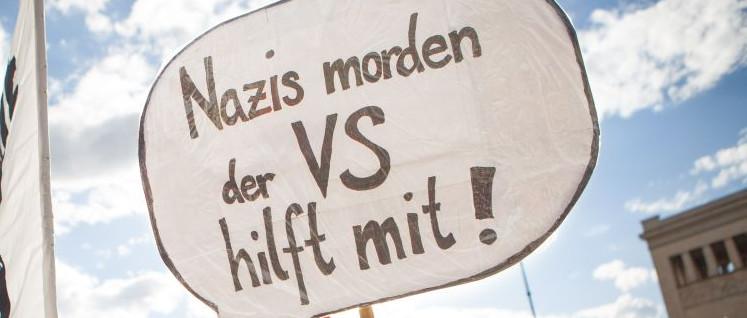 Man ahnte es schon auf der Demo zum Prozessbeginn 2013 in München. (Foto: [url=https://commons.wikimedia.org/wiki/File:Zeichen_der_Solidarit%C3%A4t_mit_den_Angeh%C3%B6rigen_der_NSU-Opfer_-_Demonstration_am_13._April_in_M%C3%BCnchen_zum_NSU-Prozess_(8648226044).jpg]Fraktion DIE LINKE. im Bundestag/Wikimedia Commons[/url])