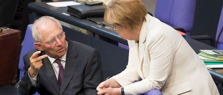 Kein Trick: Der Finanzminister und die Kanzlerin diskutieren, wie sie von deutschen Kapitalisten möglichst wenig Steuern nehmen, um ihnen dann möglichst viel als Subventionen zukommen zu lassen. (Foto: [url=https://de.wikipedia.org/wiki/Datei:Angela_Merkel,_Wolfgang_Sch%C3%A4uble_(Tobias_Koch)_1.jpg]Tobias Koch/Wikimedia Commons[/url])