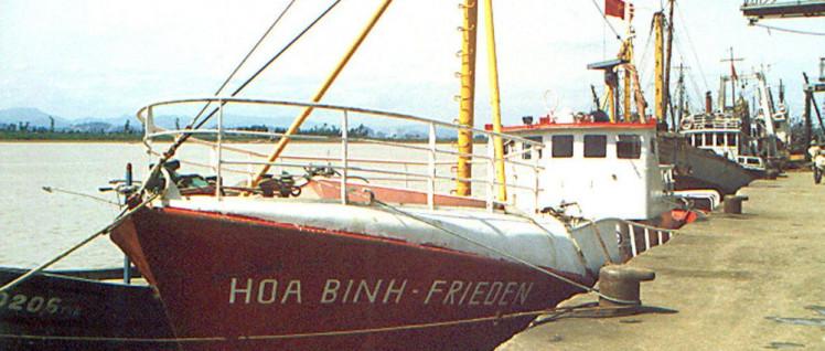 Um Jugendliche in Vietnam in der Fischerei ausbilden zu können, startete die SDAJ das Projekt Hoa Binh. Im August 1988 traf das Schiff der SDAJ in Vietnam ein.  (Foto: UZ-Archiv)