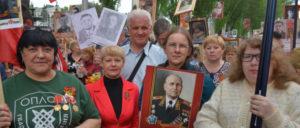 UZ-Autorin Renate Koppe mit dem Bild des Marschalls der Sowjetunion Iwan Stepanowitsch Konew (dritte von links)
