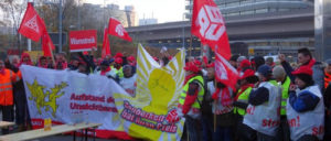 Bei dem Warnstreik der Gebäudereiniger vor Daimler in Stuttgart erhielten die Kolleginnen und Kollegen Unterstützung von der IG Metall. (Foto: Christa Hourani)