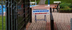 Charakteristisch für die Finanznot unserer Städte und Gemeinden: Geschlossene Schwimmbader, Bibliotheken und andere öffentliche Einrichtungen treffen die Lebensinteressen von Bürgern und Beschäftigten. (Foto: R_B_by_Karl-Heinz Laube_pixelio.de)