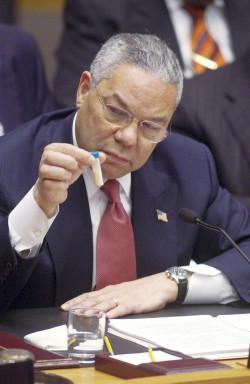 US-Außenminister Colin Powell war beim UN-Sicherheitsrat als Märchenerzähler beliebt. Das Bild zeigt ihn, während er seine Geschichte von irakischen Waffenprogrammen vorträgt (5.Februar 2003).