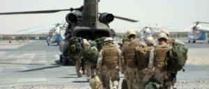 US-amerikanische Truppen auf dem Weg zum Einsatz (Foto: U.S. Navy, Lt. Richard L. Li, 090421-N-1139L-003)