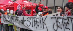 Kolleginnen und Kollegen aus dem Gebäudereiniger-Handwerk streikten am 10. Oktober bei ThyssenKrupp in Duisburg.                          (Foto: Peter Köster)