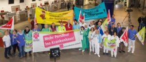 """""""Vergesst uns nicht""""– Verabschiedung der Politprominenz auf dem Saarbrücker Flughafen. (Foto: ver.di)"""