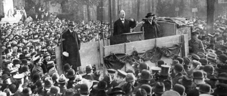 Karl Liebknecht als Redner bei einer Revolutionskundgebung im Dezember 1918 im Berliner Tiergarten (Foto: Bundesarchiv, B 145 Bild-P046271 / Weinrother, Carl / CC-BY-SA 3.0)