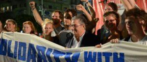 SDAJ in Patras: Die TeilnehmerInnen der SDAJ-Delegation bei einer Wahlkampfveranstaltung der KKE, in der Mitte KKE-Generalsekretär Koutsoumbas. (Foto: SDAJ)