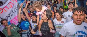 Manuela d'Avila (m.) im Wahlkampf vor der Stichwahl (Foto: Karla Boughoff)