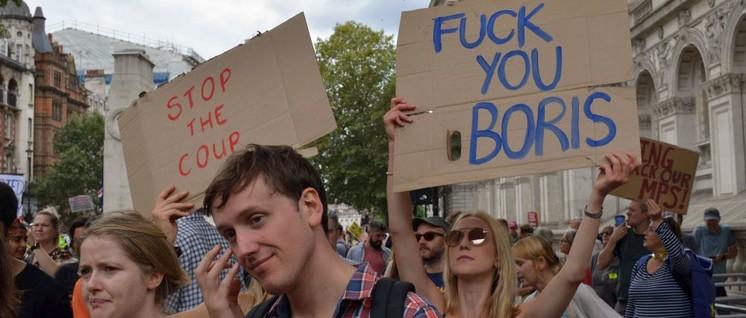 """Das Parlament in die Pause zu schicken war vielleicht nicht ganz die feine englische Art, aber ein """"Putsch"""", wie diese Demonstranten behaupten, war es mit Sicherheit nicht. (Foto: [url=https://www.flickr.com/photos/slowkodachrome/48664020802]Julian Stallabrass[/url])"""