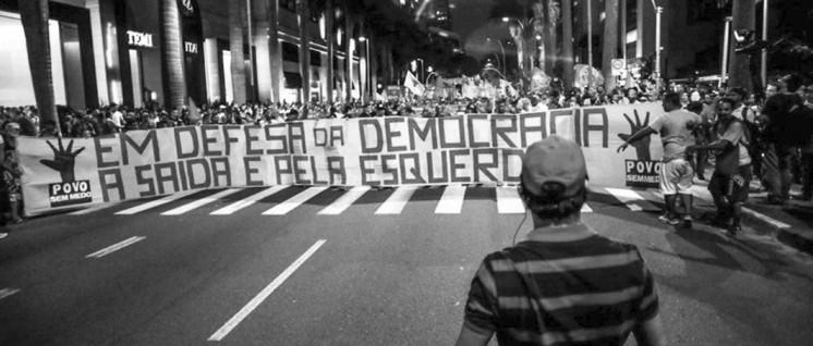 """""""In Verteidigung der Demokratie – der Ausweg ist links"""": Für das Bündnis """"Volk ohne Angst"""" heißt Kampf gegen die Putschisten auch, die sozialen Rechte der Bevölkerung zu verteidigen. (Foto: Povo sem Medo)"""