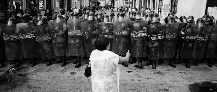 Oaxaca, Mexico, 03.11.06, Protest gegen die Besetzung des Zocalo, des Hauptplatzes der Stadt durch die Nationale Aufstandsbekämpfungspolizei (Foto: (FREELENS Pool) Schultze)