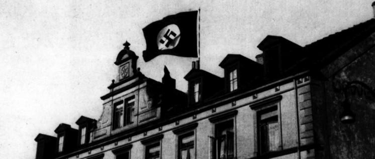Die Fahne des Terrors über dem Haus der Gewerkschaften: SA-Leute haben am 11. März 1933 das Hakenkreuz über dem Haus des ADGB in Osnabrück aufgezogen. Am 2. Mai stürmten SA, SS und Polizei alle Gewerkschaftshäuser.  (Foto: Rechteinhaber nicht ermittelbar)
