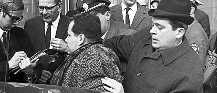 8. Februar 1968 in Frankfurt am Main: Herbert Mies wird bei der Pressekonferenz zur Vorstellung des KPD-Programms abgeführt. (Foto: Anton Tripp)
