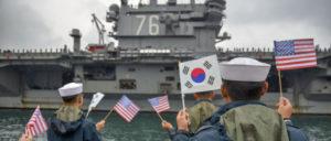 """US-amerikanische Vorstellung von Sicherheit: Die """"Ronald Reagan"""", die laut Angaben der USA die """"Sicherheit und Stabilität im indo-asiatisch-pazifischen Region unterstützt"""", läuft im Hafen von Busan (Südkorea) ein. (Foto: U.S. Navy photo by Petty Officer 3rd Class Wesley J. Breedlove/Releasd)"""