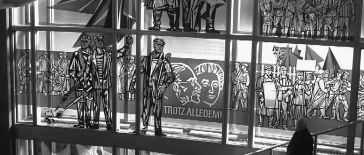 Dieses Fenster ist im ehemaligen Staatsratsgebäude der DDR zu sehen, in dessen Gebäude jenes Schlossportal eingebaut ist, von dem aus Liebknecht die freie sozialistische Republik Deutschland ausrief. (Foto: privat)