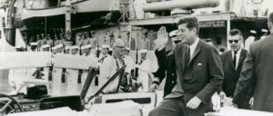 John F. Kennedys Verdienst ist, den dritten Weltkrieg nicht begonnen zu haben. (Foto: [url=https://commons.wikimedia.org/wiki/File:Kennedy_J.F._President_1962_USS_Sautley_Key_West.jpg?uselang=de]Florida Keys--Public Libraries[/url])