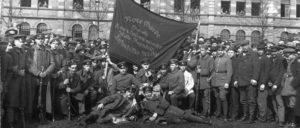 """Rosa Luxemburg forderte die """"Sicherung des Revolutionswerkes vor ihren lauernden Feinden"""" – aber die Feinde saßen auch an der Spitze der Räte selbst. Die Arbeiter, die sich bewaffneten und für die Räterepublik kämpften, sollten geschlagen werden."""