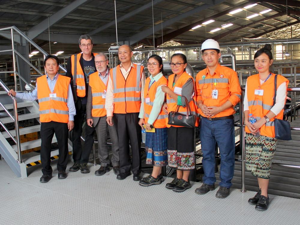"""Die DKP-Delegation und ihre Gastgeber im Vorzeigebetrieb """"Lao Brewery Company"""""""