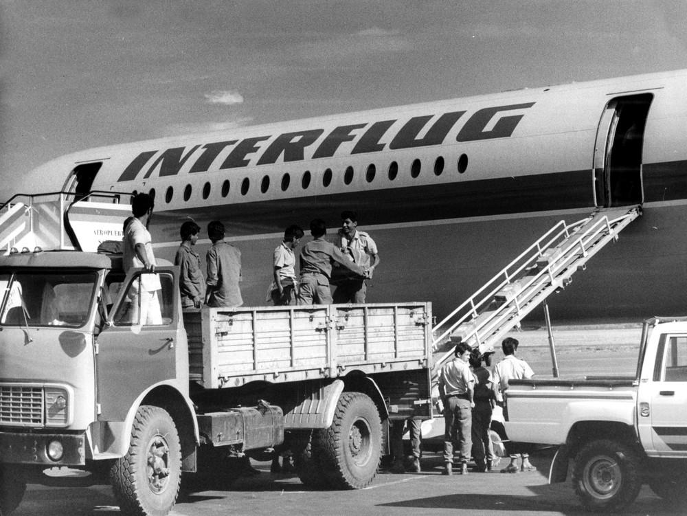 Internationale Solidarität: Nach einer Naturkatastrophe werden dringend benötigte Güter, wie Medikamente, Verbandsstoffe, Zelte u. a. per Flugzeug aus der DDR geliefert.