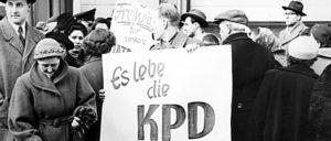 Aktion der KPD in während des Verbotsprozesses in Karlsruhe, Januar 1955. (Foto: Anton Tripp)