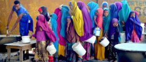 Diese Frauen in Somalia haben es bis zu einem Hilfszentrum geschafft.  (Foto: UN-Photo/Tobin Jones)