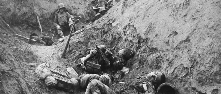 """""""Geschändet, entehrt, im Blute watend, von Schmutz triefend– so steht die bürgerliche Gesellschaft da, so ist sie""""– davon musste die Strategie der Revolutionäre ausgehen. Tote Soldaten in einem Schützengraben des Ersten Weltkriegs (Foto: Public Domain)"""
