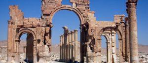 Das Hadrianstor in der syrischen Stadt Palmyra wurde 2015 durch den IS zerstört (Foto: O.Mustafin/wikimedia.org/File:Hadrian_Gate_Palmyra.jpg/CC0 1.0)