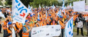 Eisenbahner demonstrieren mit ihrer Gewerkschaft im Juli 2016 am Bundesverkehrsministerium gegen die bahnfeindliche Politik der Regierung. (Foto: Phil Dera)