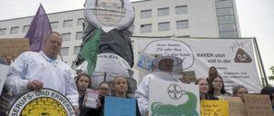 """Der Proteste vor der Hauptversammlung der Bayer-AG in Bonn am 26.April vereinigte Umweltschützer, Konzernkritiker und auch Schüler der """"Fridays for future""""-Bewegung. (Foto: Hans-Dieter Hey / r-mediabase.eu)"""