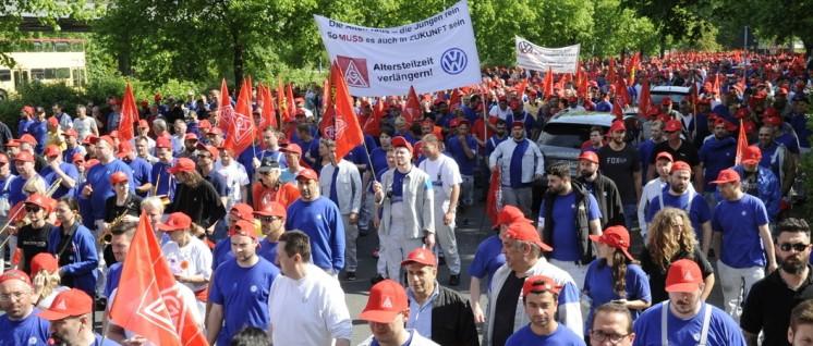 """Zehntausenden KollegInnen bei VW droht der """"sozialverträgliche"""" Abbau ihres Arbeisplatzes. (Foto: Pastierovic/IG Metall)"""