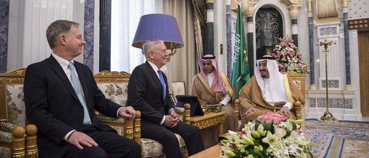 Waffenbrüder und Geschäftspartner: Verteidigungsminister Jim Mattis trifft den saudischen König Salman ibn Abd al-Aziz in Riad (19.April 2017) (Foto: [url=https://commons.wikimedia.org/wiki/File:SD_visits_Saudi_Arabia_170419-D-GO396-0068_(33295213484).jpg]Jim Mattis[/url])