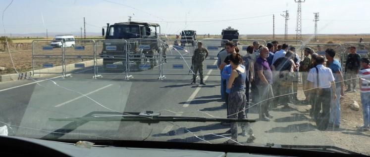Abgesperrt: 14 Kilometer vor Nusaybin errichtet die Gendarmerie eine Straßensperre, um unsere Delegation aufzuhalten. (Foto: Olaf Matthes)