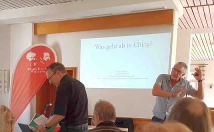 """""""Die Chinesen haben es geschafft"""": Wolfram Elsner spricht bei der Marx-Engels-Stiftung."""