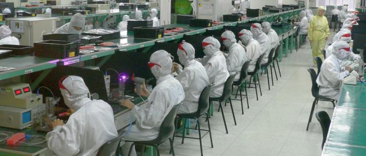 Der Chef schaut über die Schulter: In der Foxconn-Fabrik in Shenzhen produzieren überwiegend gering qualifizierte Arbeiter für Konzerne wie Apple. (Foto: [url=https://commons.wikimedia.org/wiki/File:Electronics_factory_in_Shenzhen.jpg]Steve Jurvetson[/url])