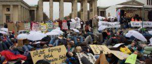 """""""Verfolgt das Unrecht nicht zu sehr"""" (Brecht, Dreigroschenoper): Im Oktober 2013 widerstanden hunger- und durststreikende Flüchtlinge an gleicher Stelle auf dem Pariser Platz eine Woche lang Zelt- und Schlafsackreserve-Verbot ... (Foto: Gabriele Senft)"""
