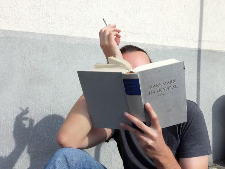 Entspanntes Lesen eines schweren Werkes