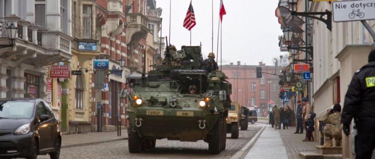 In der Bundesrepublik stationierte US-Truppen werden immer wieder nach Osteuropa verlegt. Hier rollen sie durch Torun in Polen. (Foto: US Army Europe / Public Domain)
