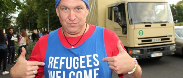 Menschen solidarisieren sich mit den Flüchtlingen, der Staat schürt durch seine Politik Fremdenhass (Foto: Gemeinfrei)