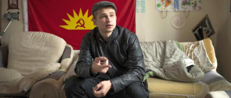 Alex Homich im Wohnzimmer der Connolly Baracks. (Foto: CYM)