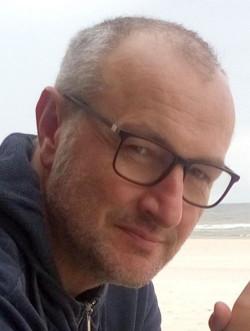 """Thomas Zmrzly engagiert sich im Düsseldorfer Bündnis für mehr Personal im Krankenhaus und war Mitglied der Streikleitung im Uniklinikum Düsseldorf im Streik 2018 für die Durchsetzung des """"Tarifvertrages Entlastung""""."""
