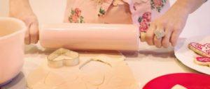 """Aus Merkels Backbuch: """"Wer will gute Kekse backen, der muss haben sieben Sachen"""": Sozialabbau forcieren– Streikrechte einschränken– Aufrüstung hochfahren– Privatisierung durchsetzen– Rassismus fördern– Krieg schüren – Flüchtlinge abschieben (Foto: Public domain)"""