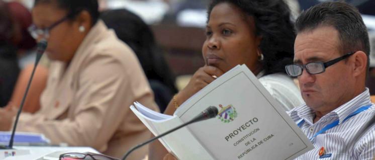 Der Entwurf der neuen Verfassung wird nicht nur, wie hier, im Parlament gelesen (Foto: www.parlamentocubano.cu)