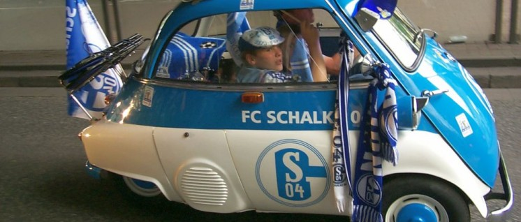 (Foto: [url=https://commons.wikimedia.org/wiki/FC_Schalke_04?uselang=de#/media/File:Schalke_Auto01.jpg]Produnis[/url])