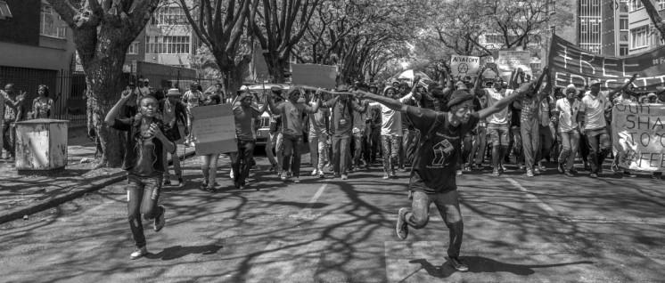 """Fees must fall"": Demonstration gegen die Erhöhung der Studiengebühren am 23. Oktober in Pretoria. (Foto: Paul Saad/flickr.com/CC BY-NC-ND 2.0)"