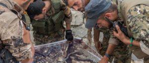 SDF-und YPG-Kämpfer studieren eine Karte, die sie vom IS erobert haben. (Foto: Willi Effenberger)